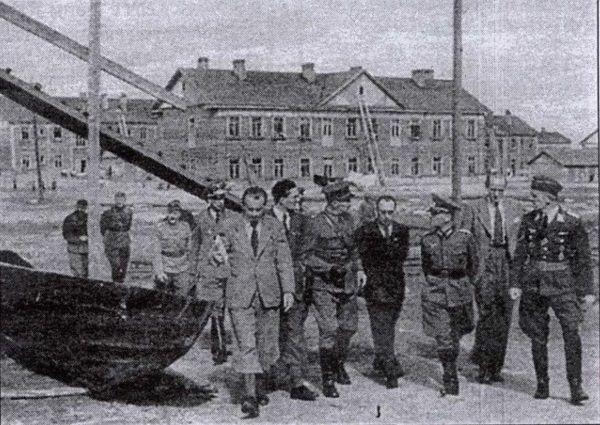 Finowie oprowadzają swoich niemieckich sojuszników po obozie nr 5 w Pietropawłowsku w 1942 roku.