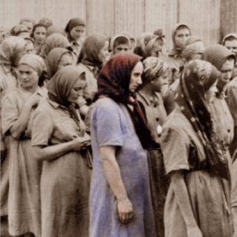Ciężarne więźniarki niemieckiego obozu koncentracyjnego (zdj. domena publiczna).