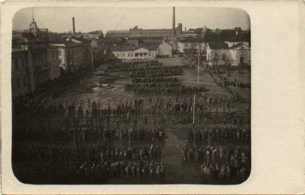 Pojmani czerwoni Finowie na rynku miasteczka Tampere. Nie mogli się spodiewać, że statystycznie co dziesiąty z nich nie przeżyje niewoli.