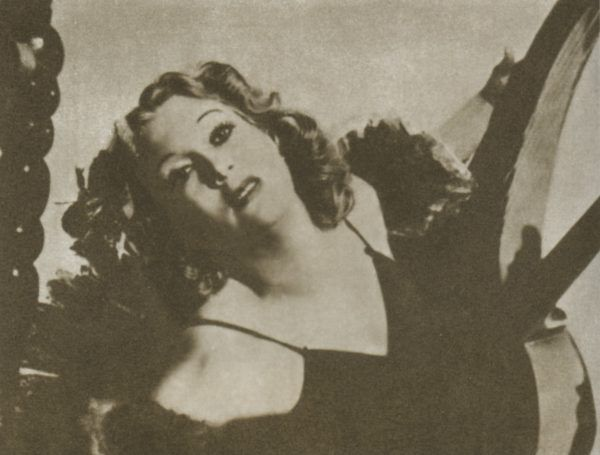 """Piękna i niezwykle seksowna Lubow Orłowa na wiele lat została ulubienicą Stalina i nigdy nie przestała się cieszyć jego przychylnością. Tu aktorka wciela się w rolę artystki Szatrowej w filmie """"Wiosna"""". Zdjęcie pochodzi z książki """"Kochałam Stalina""""."""