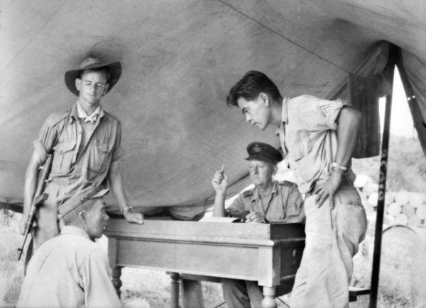 Ze względu na powojenną współpracę Japonii z USA większość przeprowadzających eksperymenty na ludziach uniknęła kary. Na zdjęciu przesłuchanie członka Kempeitai na Borneo w październiku 1945 roku (fot. Frank Albert Charles Burke, źródło: Australian War Museum Image No. 121782, domena publiczna).