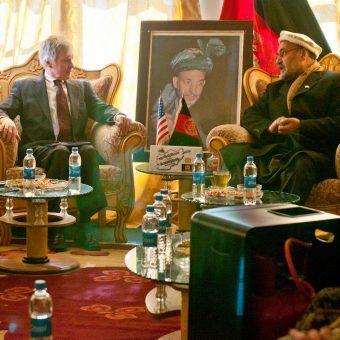 Ambasador USA w Afganistanie Ryan Crocker podczas rozmów z gubernatorem prowincji Zabul Mohammadem Naseri w 2012 roku. (fot. U.S. Department of Defense, wykonana przez sierżanta sztabowego Joshuę Brandenburga, źródło: domena publiczna).