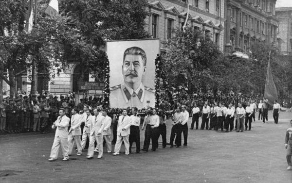 Portrety Stalina były dosłownie wszędzie. Jeden z nich musiał nawet towarzyszyć sowieckiej delegacji w Budapeszcie w 1949 roku (Bundesarchiv, Bild 183-S94469, fot. Hermann, lic. CC-BY-SA 3.0).