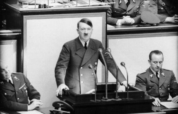 """""""Ekscelencja"""" Adolf Hitler otrzymał nawet od mieczowców propozycję utworzenia polskiej armii przy Wehrmachcie do walki z komunistami. Na zdjęciu Führer przemawiający w Reichstagu 4 maja 1941 roku (Bundesarchiv, Bild 101I-808-1238-05, lic. CC-BY-SA 3.0)."""