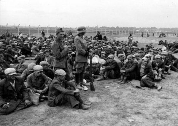 """Przywódcy """"Miecza i Pługa"""" nie mieli nic przeciwko Holocaustowi. Na zdjęciu Żydzi pilnowani przez Niemców w Krakowie w 1939 roku (fot. Bundesarchiv, Bild 121-0295, lic. CC-BY-SA 3.0)."""