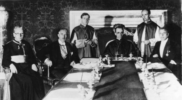 Podpisanie konkordatu z III Rzeszą, 1933. W środku Eugenio Pacelli, przyszły papież Pius XII (źródło: Bundesarchiv, Bild 183-R24391, licencja: CC-BY-SA 3.0).