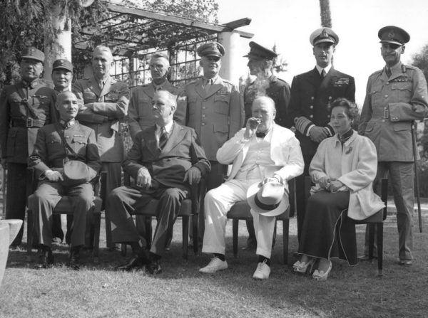 Po wyjściu na wolność zamiast odpoczynku czekały de Wiarta obowiązki dyplomatyczne. Tu widzimy go w zacnym gronie uczestników konferencji w Kairze, wraz z marszałkiem Chin Czang Kaj-szekiem, prezydentem USA Franklinem Delano Rooseveltem i premierem Wielkiej Brytanii Winstonem Churchillem (źródło: domena publiczna).
