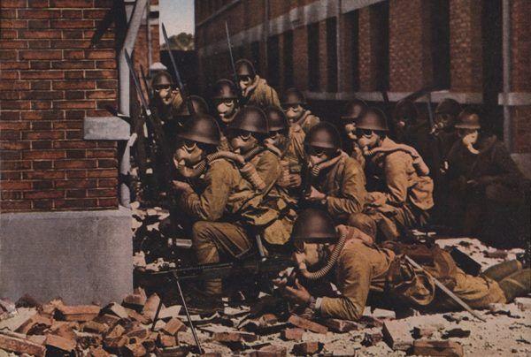 Za początek II wojny światowej na Dalekim Wschodzie przyjęło się uważać japońską ofensywę w Chinach w 1937 roku. Na zdjęciu japońscy żołnierze w trakcie walk o Szanghaj (fot. Kokusai Joho Sha; lic. domena publiczna).