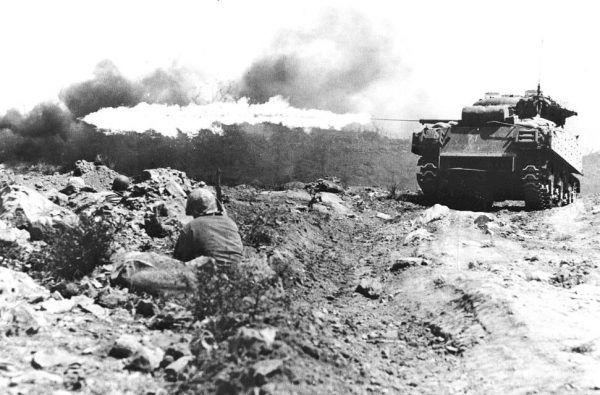 Tylko w przypadku Amerykanów i żołnierzy Brytyjskiej Wspólnoty Narodów udało się ustalić oficjalną liczbę ofiar wojny. Na zdjęciu amerykańscy marines w czasie walk o Iwo Jimę (fot. Mark Kauffmanl; lic. domena publiczna).