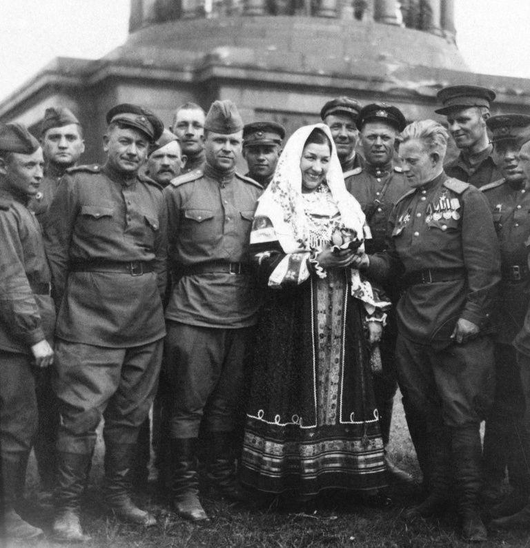 Lidia Andriejewna Rusłanowa wprawdzie nie chciała śpiewać dla krasnoarmiejców walczących na mrozie, ale pozowanie ze zwycięskimi żołnierzami w zdobytym Berlinie to już zupełnie co innego... (źródło: domena publiczna).