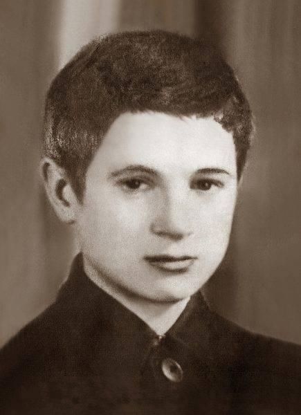 """Ostapowicz skazał na śmierć między innymi dziewiętnastoletniego żołnierza AK Mariana Piekarskiego ps. """"Ryś"""". Jedyne zachowane zdjęcie Piekarskiego z roku 1942 wykonane gdy miał ona 15 lat (źródło: domena publiczna)."""
