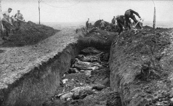 W trakcie II wojny światowej w samej tylko Europie zginęło cztery razy więcej osób niż pochłonęła Wielka Wojna. Na zdjęciu niemieccy żołnierze zasypują zbiorową mogiłę angielskich i australijskich żołnierzy. 1916 lub 1917 rok (fot. Hermann Rex; lic. domena publiczna).