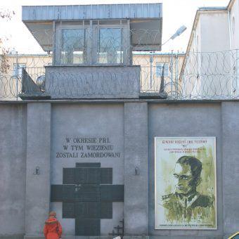 Tablica upamiętniająca ofiary więzienia na Rakowieckiej (fot. Wistula, lic. CC BY-SA 3.0).