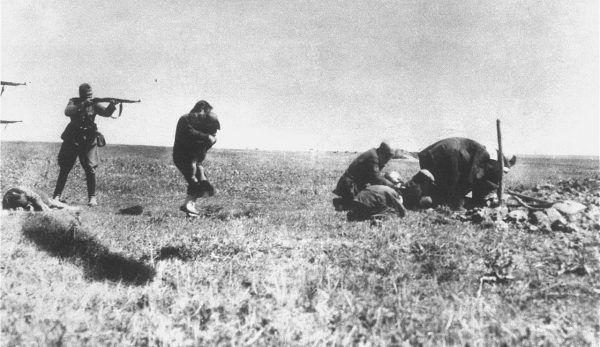 Oszacowanie dokładnej liczby ofiar wśród obywateli Związku Radzieckiego budzi do dzisiaj wiele dyskusji. Na zdjęciu egzekucja kijowskich Żydów przez niemieckie oddziały Ensatzgruppen niedaleko Ivangrodu (źródło: domena publiczna).