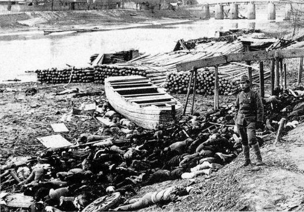 Zgodnie z najnowszymi szacunkami w czasie wojny mogło zginąć 50 000 000 Chińczyków. Na zdjęciu ofiary dokonanej przez Japończyków masakry nankińskiej (fot. Originally Moriyasu Murase; lic. domena publiczna).
