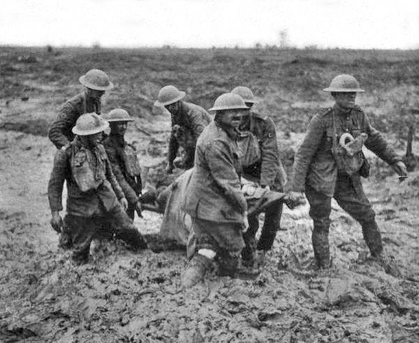 Zajęcie Passchendaele kosztowało życie 400 tysięcy brytyjskich i 236 tysięcy niemieckich żołnierzy (fot. John Warwick Brooke; lic. domena publiczna).