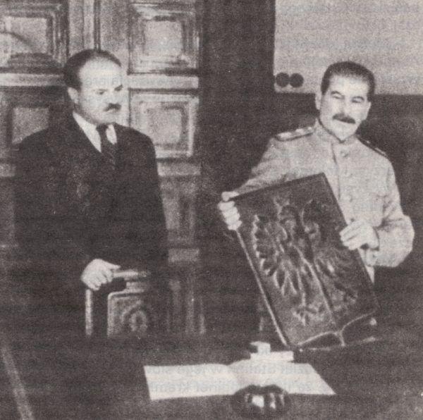 Wojnę wywiadów wygrała Armia Ludowa, ale tylko dzięki poparciu Stalina. Na tym zdjęciu przywódca ZSRR w asyście Mołotowa prezentuje nowe godło Polski. Ludowej Polski (źródło: domena publiczna).