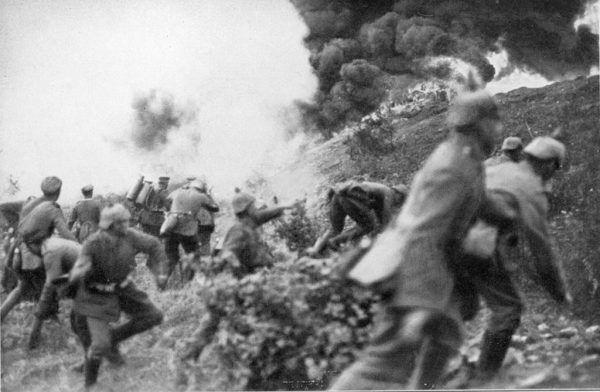 Niemieccy żołnierze podczas jednego z krwawych szturmów pod Verdun (źródło: domena publiczna).