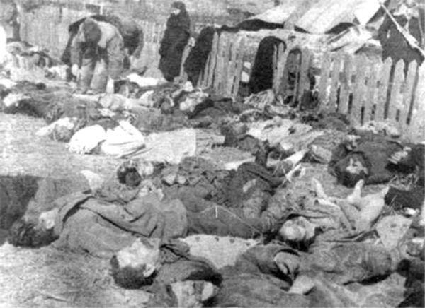 W przypadku Rzezi Wołyńskiej rozbieżności, co do liczby ofiar sięgają 40 000 osób. Na zdjęciu pomordowani mieszkańcy Lipników (źródło: domena publiczna).