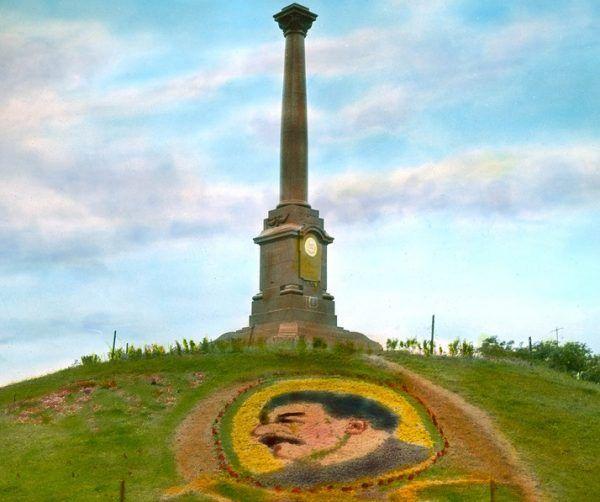Oto Sra... Stalin w pełnej krasie. Obraz na trawie w Odessie (fot. Branson De Cou, źródło: domena publiczna).