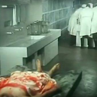 """Japońscy doktorzy śmierci między innymi przeprowadzali sekcje na żywych ludziach. Kadr z filmu """"Man behind the sun""""."""