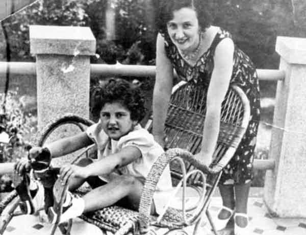 Próżna, kapryśna i rozpustna. Jewgienija Jeżowa na zdjęciu z adoptowaną córką Nataszą w latach trzydziestych (źródło: domena publiczna).