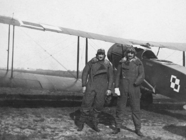 """Choć loty po Polsce nie okazały się dla de Wiarta zbyt szczęśliwe, z chęcią pozostał w naszym kraju na aż 20 lat. Na tej fotografii z 1920 roku widzimy go obok polskiego pilota przy samolocie Bristol F.2B Fighter. Zdjęcie pochodzi z książki """"Moja Odyseja"""" (Bellona 2016)."""