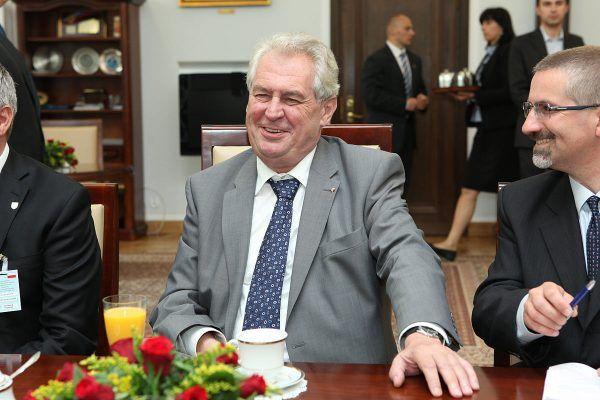 Prezydent Czech Miloš Zeman zdążył się wykurować przed wizytą w Polsce, którą złożył dwa tygodnie po Dniu Zwycięstwa. Tu widzimy go w otoczeniu polskich senatorów (fot. Michał Józefaciuk, lic. CC BY-SA 3.0 pl).