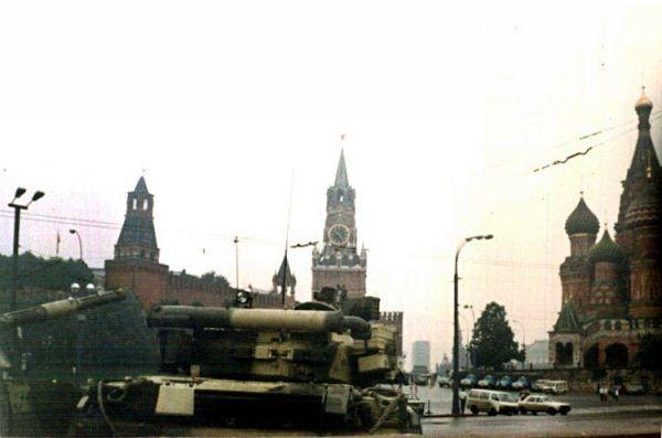 Nie ma to, jak po pijaku zdradzić szczegóły planowanego puczu ambasadorowi obcego kraju... Zdjęcie czołgu zmierzającego w stronę Placu Czerwonego podczas puczu Janajewa (fot. Almog, źródło: domena publiczna).
