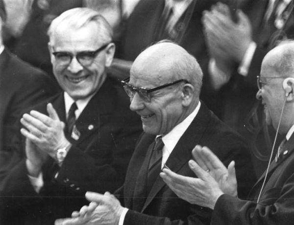 Mściwy ponoć nie był... bo czy to jest twarz mściwego człowieka? Zdjęcie z VII Zjazdu SED z 1967 roku widać Williego Stopha, Władysława Gomułka i Friedricha Eberta (Bundesarchiv, Bild 183-F0419-0001-034 / Gahlbeck, Friedrich, lic. CC-BY-SA 3.0).