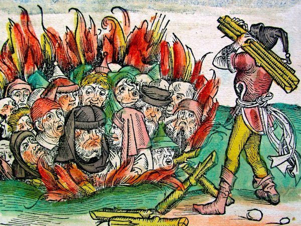 """Przekonanie, że to Żydzi sprowadzili na Europę czarną śmierć, doprowadziło do fali pogromów. Na tej miniaturze widzimy palenie żywcem Żydów, oskarżanych o szerzenie zarazy (Michel Wolgemut, Wilhelm Pleydenwurff, """"Die Schedelsche Weltchronik"""", źródło: domena publiczna)."""