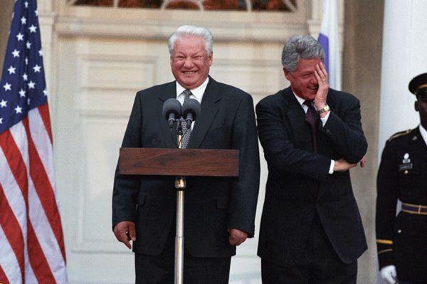 Borys Jelcyn taki wesoły... czyżby z tego samego powodu, z którego zasnął w samolocie? (fot. White House Photograph Office, źródło: domena publiczna).
