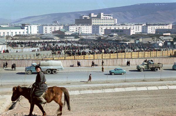 W Ułan Bator kilkadziesiąt lat temu zdobycie mebli graniczyło z cudem. Polski ambasador przekonał się o tym bardzo boleśnie... Pchli targ w stolicy Mongolii w 1972 roku (fot. Vadaro, lic. CC BY-SA 4.0, 3.0, 2.5, 2.0 i 1.0).