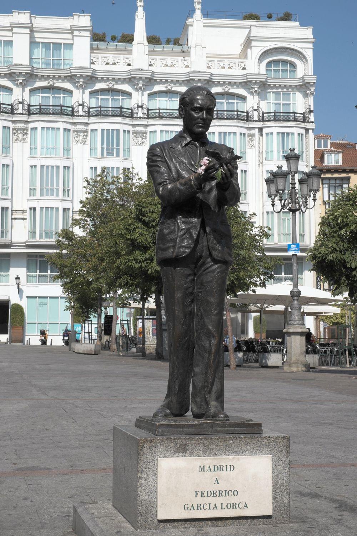 Wśród ofiar ludzi generała Franco znalazł się również Federico García Lorca. Poeta zginął z powodu swojej orientacji seksualnej. Na ilustracji madrycki pomnik Lorci (fot. GFreihalter; lic. CC BY-SA 3.0).