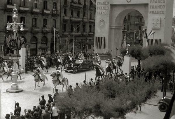 Po objęciu pełni władzy w kraju generał Franco nie miał najmniejszego zamiaru wybaczyć swoim przeciwnikom. Aż do śmierci rządził twardą ręką. Na ilustracji wjazd Franco do Donostia (San Sebastián) w 1939 roku (fot. Fondo Marín. Pascual Marín. Kutxa Fototeka; lic. CC BY-SA 4.0).