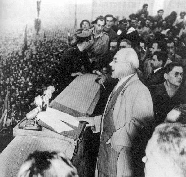 Gomułka jako bożyszcze tłumów podczas słynnego przemówienia z 1956 roku (źródło: domena publiczna).