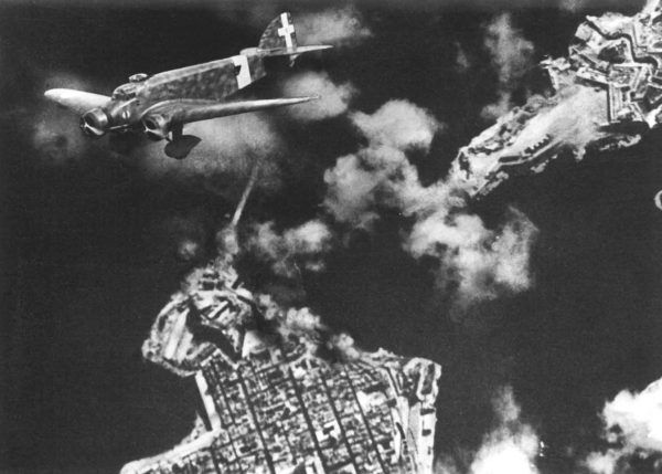 """De Wiart marzył, by zbombardowali wiozący go statek piloci RAF. Niestety, nic takiego się nie stało. Za to Włosi - jak widać na tym zdjęciu - zbombardowali Maltę. Zdjęcie pochodzi z książki """"Moja Odyseja"""" (Bellona 2016)."""
