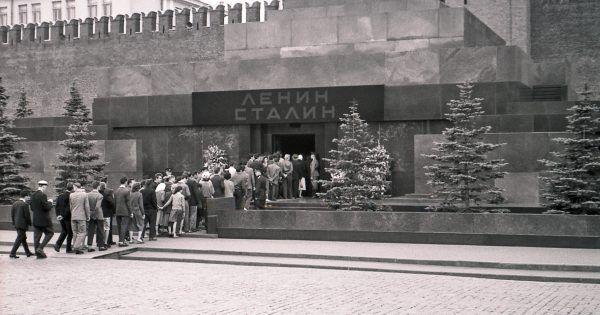 Nawet po pogrzebie nie ustawały kolejki do ciała dyktatora. Na zdjęciu ludzie tłoczący się u wejścia do Mauzoleum Lenina i Stalina w 1957 roku (fot. Manfred&Barbara Aulbach, lic. CC BY-SA 3.0).