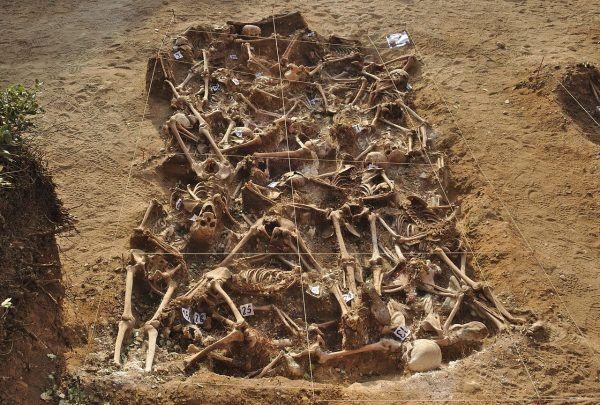Jeden z kilkunastu odkrytych przez archeologów masowych grobów ofiar sił generała Franco w Estépar niedaleko Burgos (fot. Mario Modesto Mata; lic. CC BY-SA 4.0).