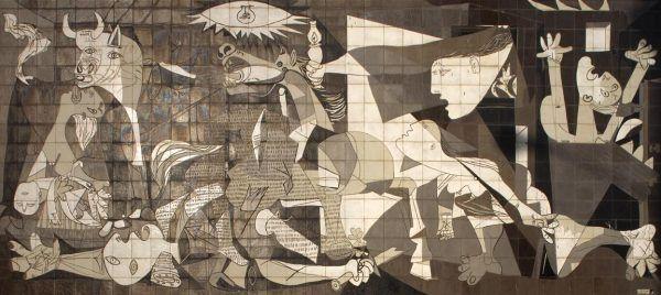 Nalot na Guernicę stał się inspiracją dla Pabla Picassa do stworzenia jednego z najważniejszych obrazów XX wieku. Na ilustracji mural przedstawiający dzieło hiszpańskiego mistrza (fot. Papamanila; lic. CC BY-SA 3.0).