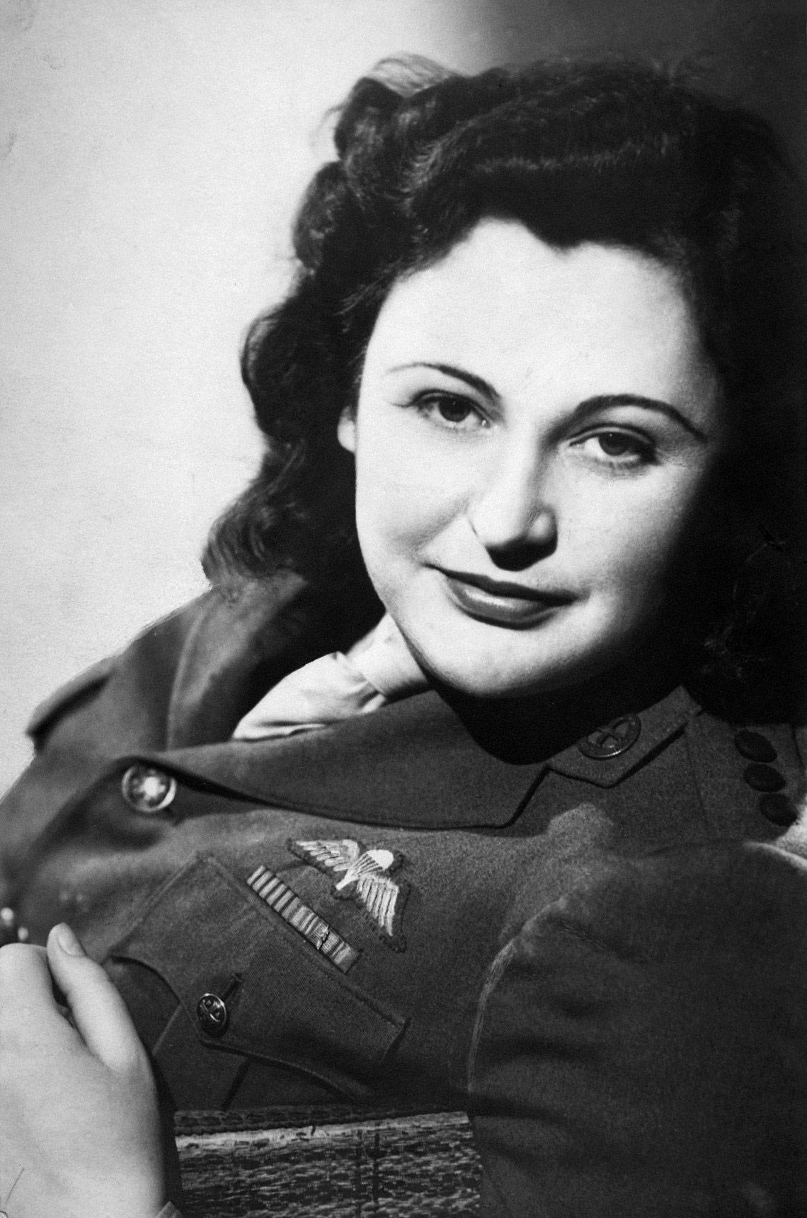 Nancy Wake nie miała litości dla szpiegów i potrafiła wymusić na miększych kolegach wykonanie egzekucji na dziewczynie szpiegującej dla Niemców, około 1945 roku (źródło: domena publiczna).