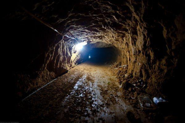 Może i połamanymi nożami i łomem jeńcy nie byli w stanie wykopać takiego tunelu, to nie podcinało im skrzydeł, by dalej próbować. Nawet jeśli przekopywali centymetr tygodniowo. Na zdjęciu tunel prowadzący do Strefy Gazy (fot. Marius Arnesen, lic. CC BY-SA 2.0).