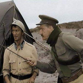 """Oto typowy Anglik w konfrontacji z niewolą? Kadr z filmu """"Jak rozpętałem drugą wojnę światową""""."""