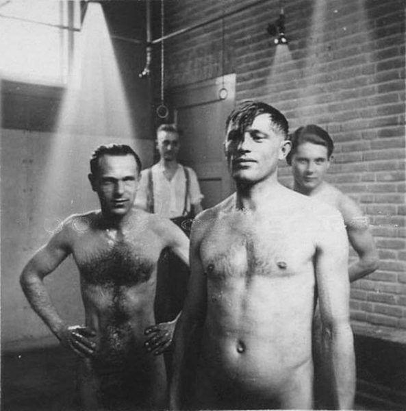 Niemieccy żołnierze pod prysznicem. Zdjęcie z okresu drugiej wojny światowej.