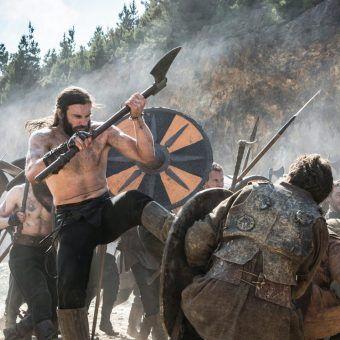 """Wikingowie nacierali na Polskę tak, jak Rollo na Francję. Kadr z serialu """"Wikingowie""""."""