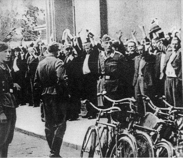 Kobieta do burdelu dla Niemców mogła trafić między innymi wprost z łapanki takiej jak ta na zdjęciu.