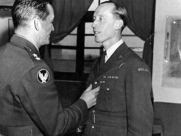 Za swoją służbę w Chinach Witold Urbanowicz otrzymał amerykański Air Medal. Na zdjęciu moment wręczania Urbanowiczowi odznaczenia przez generała Claire'a Chennaulta (źródło: domena publiczna).