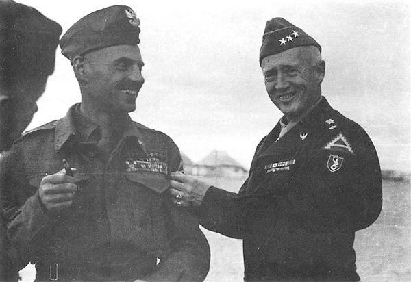 Nawet zaciekle antysowieckie generał Anders (na zdjęciu wraz z generałem Pattonem) dobrze wspominał łącznika z ramienia NKWD przy swojej armii (źródło: domena publiczna).