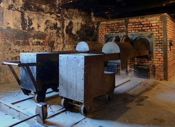 """Tylko ci, którzy trzymali się ściśle określonych zasad mieli szansę uniknąć """"wyjścia przez komin"""". Na zdjęciu krematorium z obozu Auschwitz I (fot. Marcin Białek; lic. CC-BY-SA 3.0)."""