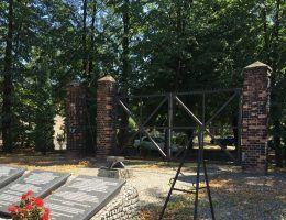 Brama jest jedyną pozostałością obozu Zgoda. To tutaj Salomon Morel dręczył swoje ofiary (fot. Drozdp; lic. CC BY-SA 4.0).